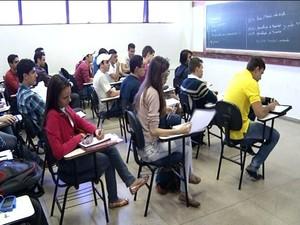 Estudantes retomam aulas na UEG, em Anápolis (Foto: Reprodução/ TV Anhanguera)