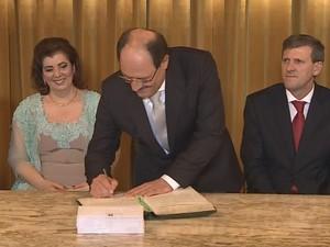 Sartori assina termo de posse dos novos secretários do governo do RS (Foto: Reprodução/RBS TV)