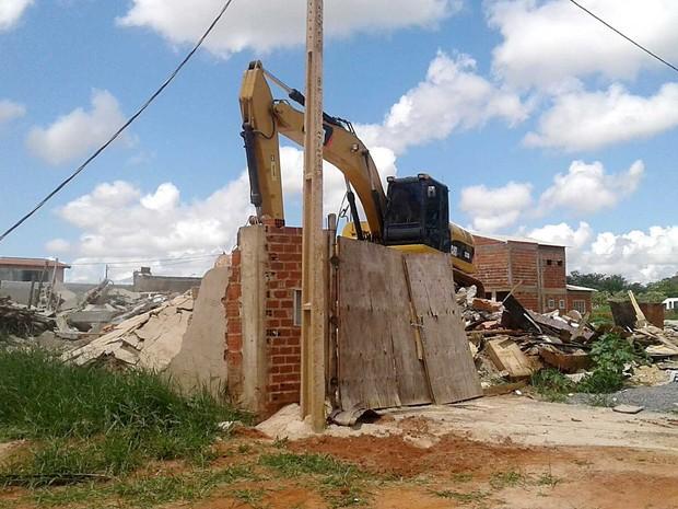 Máquina derruba casa no condomínio Cooperville, em Taguatinga, no DF (Foto: Jéssica Simabuku/G1)