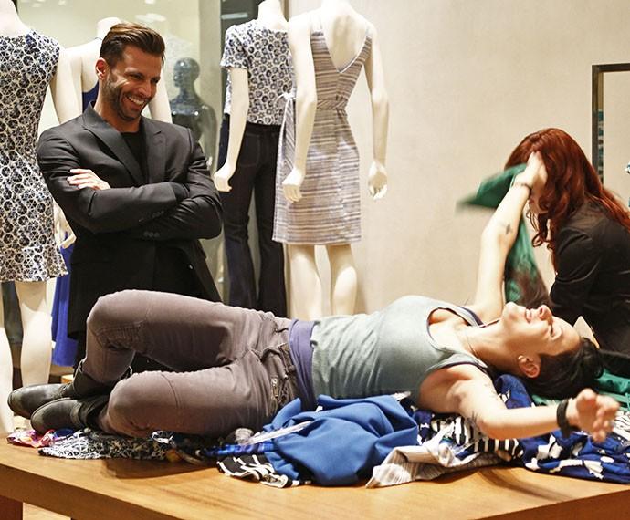 A garota marrenta se joga nas compras e se diverte (Foto: Raphael Dias/Gshow)