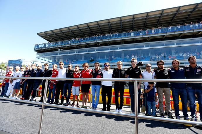 Pilotos prestam minuto de silêncio em tributo a Justin Wilson, antes do GP da Itália (Foto: Getty Images)