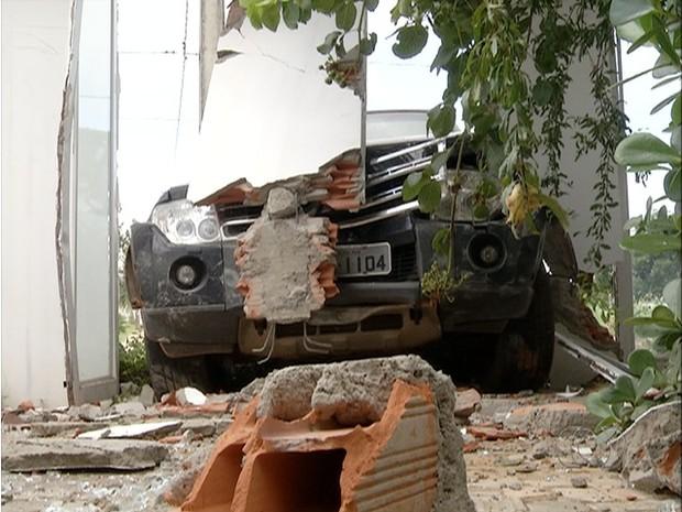 Segundo testemunhas, o peneu traseiro do carro acabou estourando (Foto: Reprodução/TV Anhanguera)