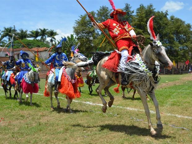 Cavaleiros simulam torneio entre portugueses e mouros em carnaval de MG (Foto: Samantha Silva / G1)