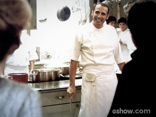 Adão é irônico ao receber Angela na cozinha (Foto: O REBU / TV GLOBO)
