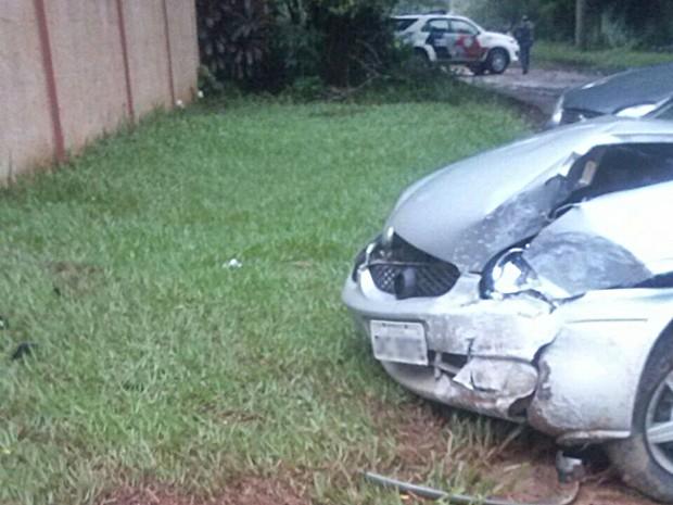 Carro ficou destruído após homem bater no muro de condomínio (Foto: Reprodução/TV TEM)