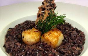 Risoto e tuille  de arroz negro ao espumante com vieiras de picinguada ao azeite de alho assado