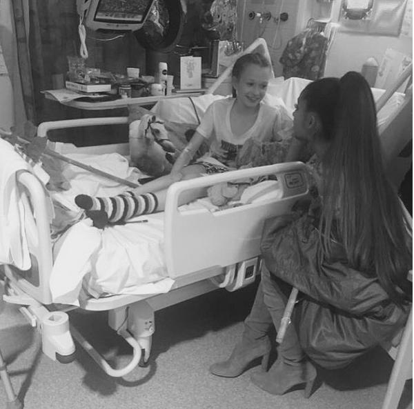 A cantora Ariana Grande no hospital com uma das vítimas do ataque terrorista em seu show em Manchester (Foto: Instagram)