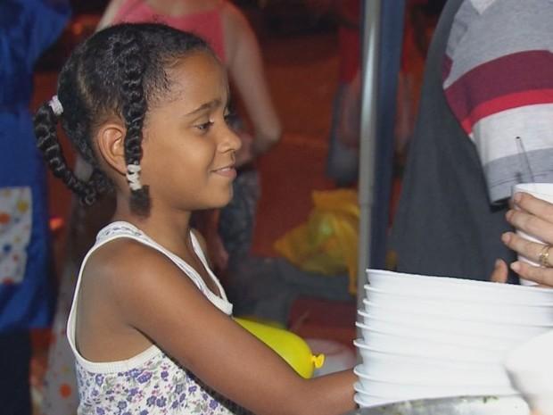 Crianças participam da festa na Praça Machado de Mello  (Foto: Reprodução / TV TEM)