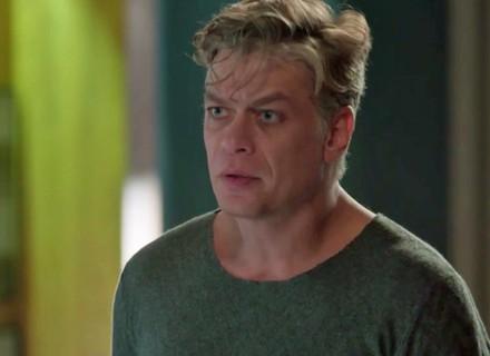 Arthur fica abalado ao ver Eliza se declarar para Jonatas e Germano dá a deixa para ele se retirar