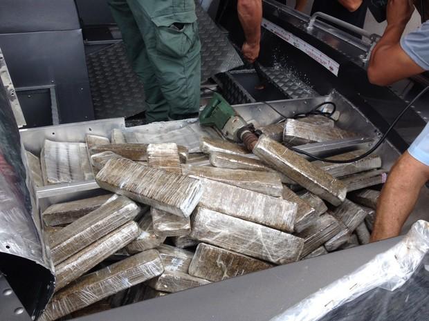 Maconha estava escondida no assoalho de barco  (Foto: Vinicius Frigeri/RPC)