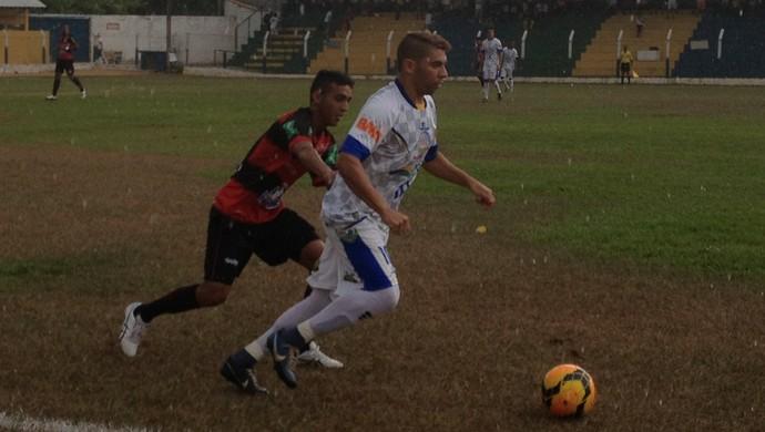 Jogadores do Interporto e Guarany de Sobral disputam bola em jogo (Foto: Vilma Nascimento/GloboEsporte.com)