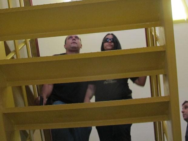 Heraldo Bichara chegou à delegacia acompanhado da esposa, Aline Santana (Foto: Cristiane Cardoso/G1)