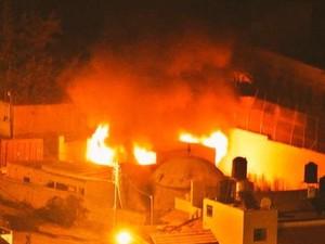Túmulo de José foi incendiado por palestinos, em Nablus, norte da Cisjordânia ocupada, dizem israelenses. A imagem foi divulgada pelo porta-voz do Exército de Israel, Peter Lerner (Foto: Reprodução/Twitter/Peter Lerner)