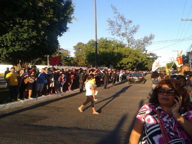 Centenas de pessoas tomaram a Avenida Senador Julio César Leite para acompanhar a saída do cortejo (Foto: João Áquila/G1)