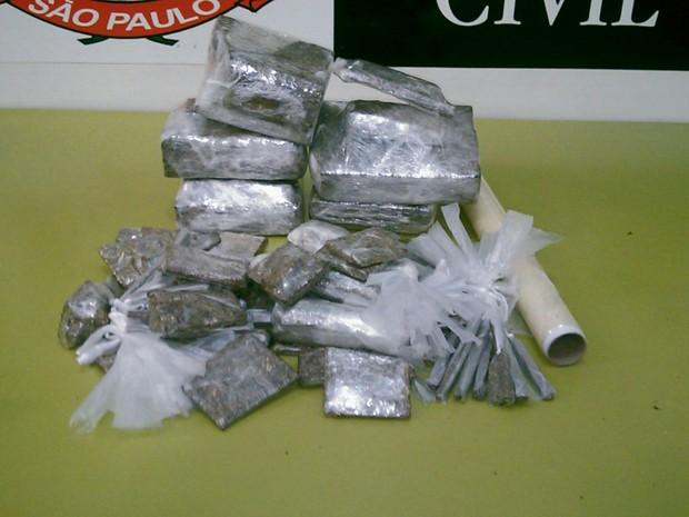 Carga de droga foi encontrada em uma mochila em Guarujá, SP (Foto: Polícia Civil / Divulgação)
