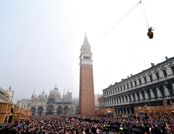 Praça lotada em Veneza para a chegada do carnaval: por ano, a cidade italiana perde mil moradores (Foto: AP)