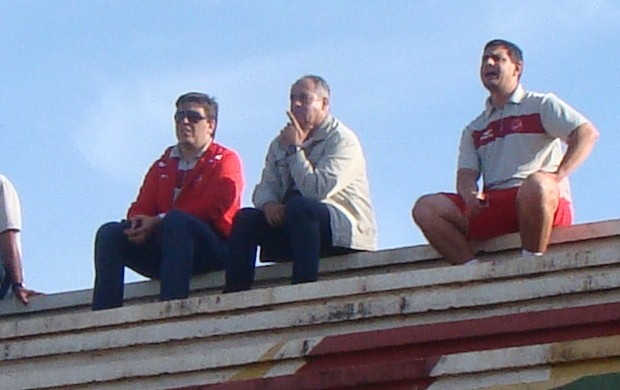 Técnico Jorge Saran observa jogo do Vila Nova (Foto: Guarany Neto / Rádio CBN)