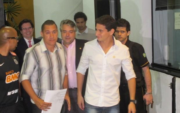Ganso deixa a Vila Belmiro após rescisão (Foto: Marcelo Hazan / Globoesporte.com)