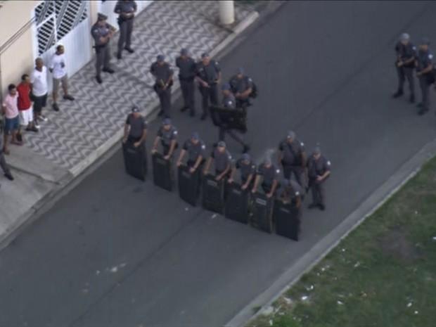 Policias acompanharam manifestação a partir das 17h e protesto seguia pacífico. (Foto: Reprodução/TV Globo)
