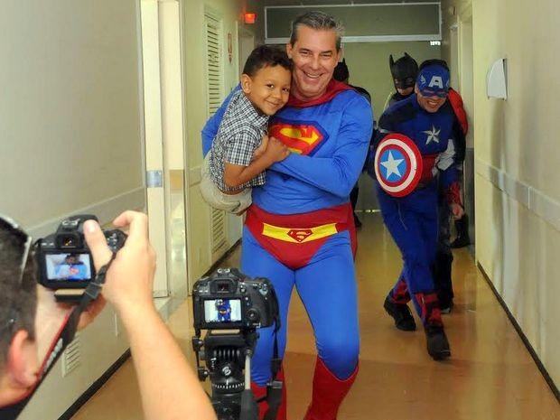 Heróis iniciam luta contra o câncer infantil em hospital de Piracicaba (Foto: Antonio Trivelin/Divulgação)