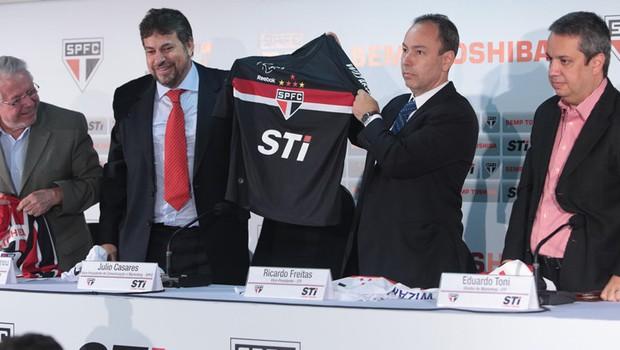 São Paulo apresenta Semp Toshiba como patrocinadora máster até fim de 2014  (Foto  Rubens fda9b39febe26