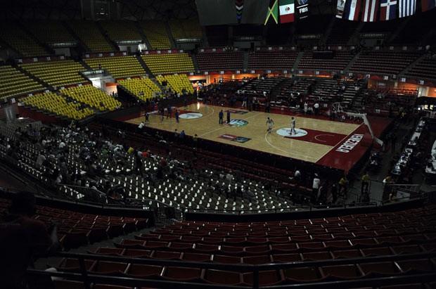 Apagão durante jogo de campeonato de basquete nesta terça-feira (3) no estado Poliedro, em Caracas, capital da Venezuela (Foto: Leo Ramirez/AFP)