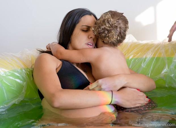 O abraço que alivia a dor das contrações (Foto: Michele Pampanin/ Arquivo Pessoal)