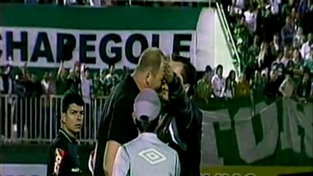 Gilmar Dal Pozzo cabeçada quarto árbitro (Foto: Repodução/PremiereFC)