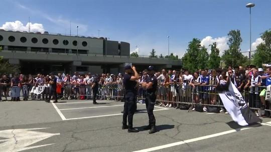 Após vice, Juventus chega a Turim e é recebida por torcedores no aeroporto