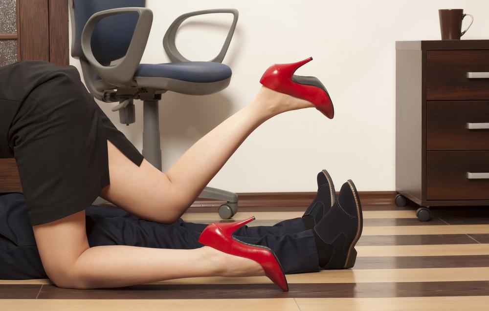 Segundo pesquisa, para quase 40% das mulheres, seu primeiro caso extraconjugal começa no ambiente de trabalho (Foto: Divulgação)