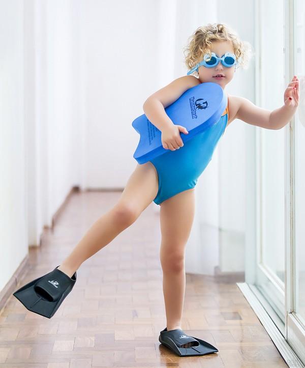 """""""Ela já atravessa a piscina sem boia"""", diz Sheila Mello sobre a filha Brenda, de 3 anos (Foto: Rachel Guedes)"""
