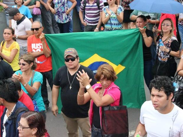 Manifestantes levaram bandeiras do Brasil, cartazes e promoveram apitaço (Foto: Ive Rylo/G1 AM)