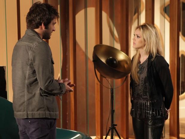 Loira fica revoltava com namorado, que não lhe contou nada sobre Jonas (Foto: Pedro Curi/TV Globo)