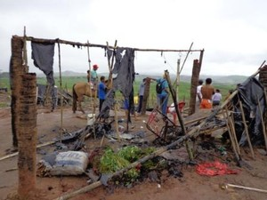 Barracos de lona foram incendiados durante atentado. (Foto: Divulgação/MLST)