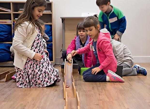 Noções de Física ao brincar com carrinhos coloridos (Foto: Ricardo Miura)
