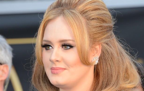 Em sua autobiografia, a cantora britânica Adele afirma que chegou a procurar parceiros via internet, mas nunca recebia nenhuma resposta porque não publicava fotos de si mesma. (Foto: Getty Images)