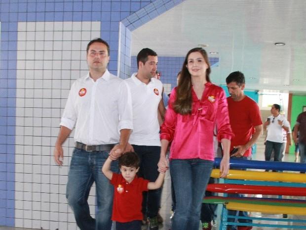 Renan Filho votou acompanhado de um dos filhos e da esposa, Renata. (Foto: Waldson Costa/G1)