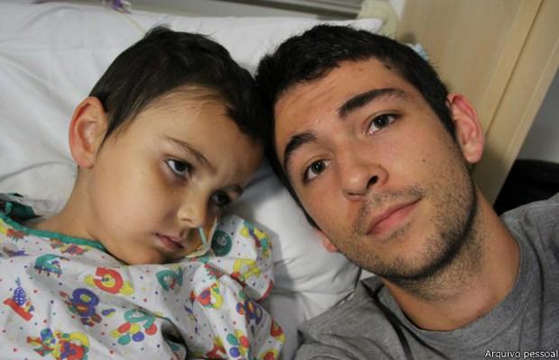 Ashya e seu irmão Naveen King (à dir.):família fugiu com garoto em busca de tratamento contra câncer (Foto: Arquivo pessoal)