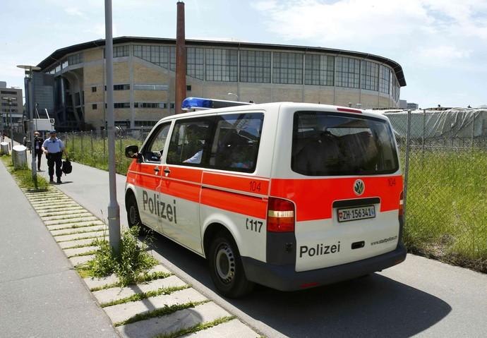 Carro da polícia durante investigação sobre ameaça de bomba (Foto: Ruben Sprich/ Reuters)