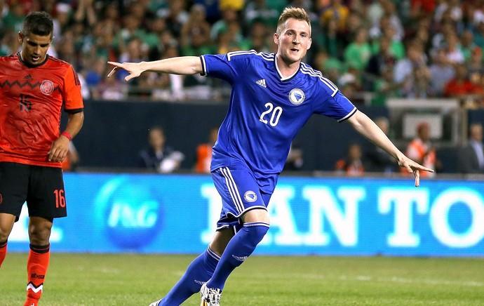 Izet Hajrovic comemoração jogo Bósnia e México amistoso (Foto: AFP)