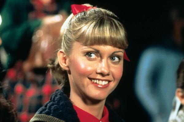 Olivia Newton-John tinha 29 anos quando fez a marcante Sandy Olsen, de 17, em 'Grease: Nos Tempos da Brilhantina' (1978). (Foto: Divulgação)