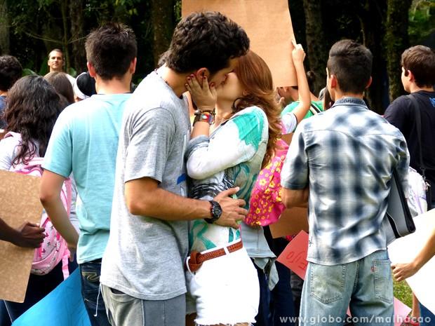 Espertinhos! Ben e Anita aproveitam o beijaço e partem para a ação! Uhu! (Foto: Malhação/ TV Globo)