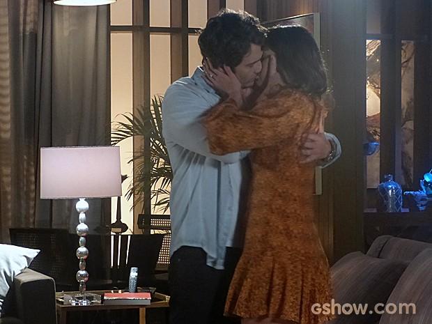 Laerte e Luiza não resistem um ao outro e se beijam (Foto: Em Família/TV Globo)