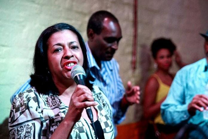 Maria Helena compõe a embaixada do samba paulistano e por mais de 40 anos integrou a escola Rosas de Ouro e sua Velha Guarda