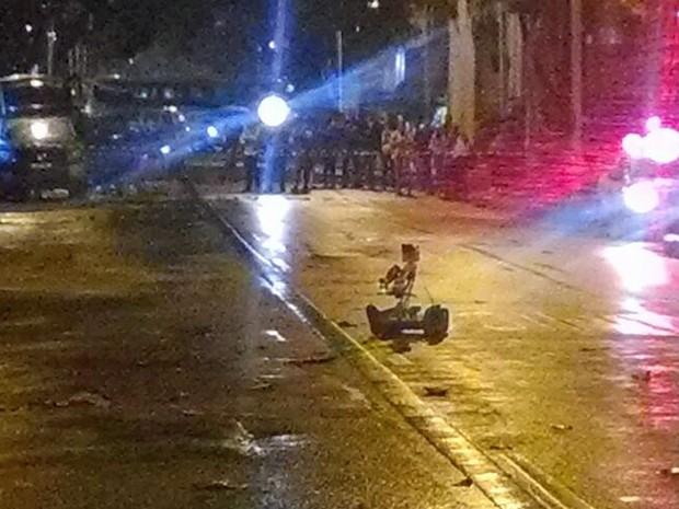 Robô do Esquadrão Antibomba é usado para analisar bolsa abandonada em Botafogo (Foto: Cristina Boeckel/G1)