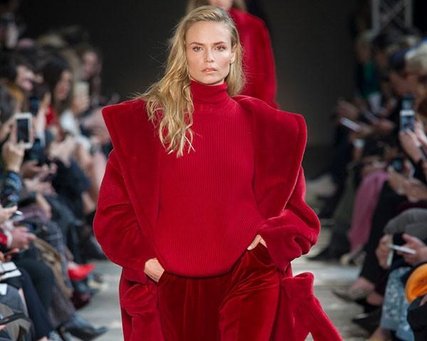 As cores de pedras preciosas são um destaque na semana de moda de Milão (Foto: Imaxtree)