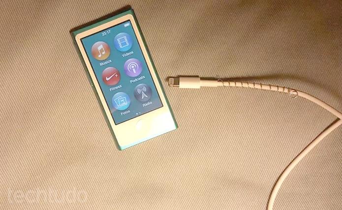 Tente conectar o iPod em um outro cabo para ver se ele volta a funcionar (Foto: Barbara Mannara/TechTudo)