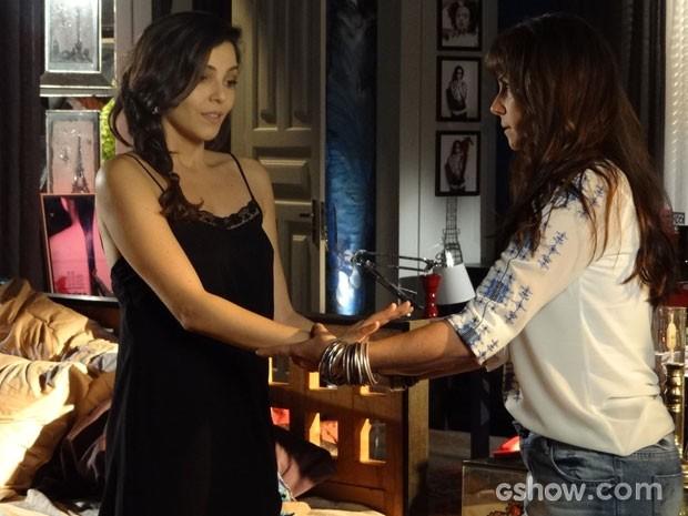 Clara ajuda Marina a tomar banho (Foto: Em Família / TV Globo)