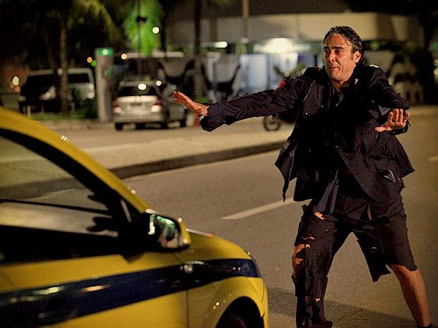 Com as roupas rasgadas, Cadinho tenta pegar um táxi para se livrar de vexame (Foto: Avenida Brasil / TV Globo)