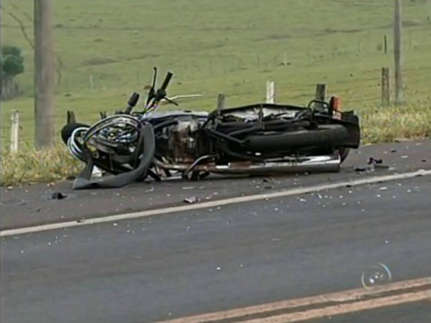Moto destruída em acidente na João Mellão, em Avaré (Foto: Reprodução / TV TEM)